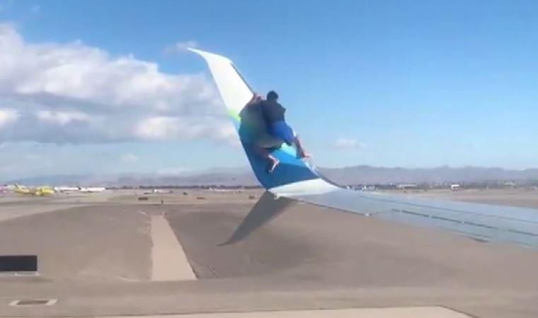 uçağın kanadına tırmandı